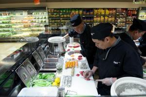 http://www.blogblogyaquelquun.be/bbqq1/wp-content/uploads/2013/09/300-delhaize_sushi_2.jpg